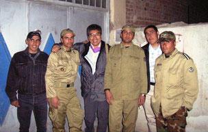 イラクとの国境近くでイランの軍人たちと