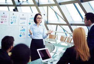 Le pilotage de stratégie suit un processus pour atteindre les objectifs stratégiques.