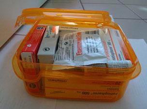 alle Medikamente in einer Tupperdose verstaut, Erstens ist so alles beieinander, Zweitens vor Feuchtigkeit geschützt. Beilagezettel immer mitnehmen!