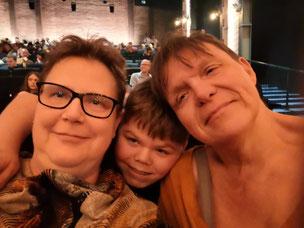 Die Autorin, Andrea Lauer, mit roter Clownsnase.