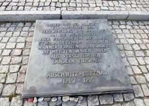 Deutschsprachige Gedenktafel für die Opfer des KZ- und Vernichtsungslagers Auschwitz-Birkenau und des Holocaust. Foto: C. Schumann, 2020