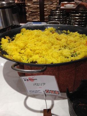 La paella (paeria dice el cartel en katakana) del bufé del hotel de Sounkyo.