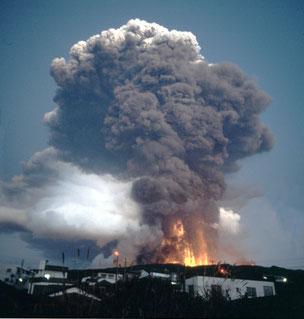 21日に起こった山腹割れ目噴火の写真