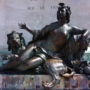 Allégorie de La Saône par Nicolas Coustou sur le socle de la statue de Louis XIV place Bellecour. Elle sera déplacée avec son compagnon le Rhône au Musée des Beaux-Arts de Lyon à une date encore indéterminée.