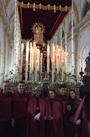 Dña. Pilar Alonso Hernández junto a algunos miembros de su familia el pasado Martes Santo de 2019.