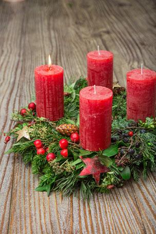 Der Adventskranz im klassischen Erscheinungdbild soll uns die Zeit bis Weihnachten sinnlich verkürzen.