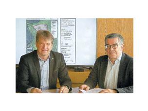 """Landrat Günter-Martin Pauli (links) und Willi Griesser, Leiter des Umweltamts, haben gestern die neugefasste Verordnung des Landschaftsschutzgebiets """"Großer Heuberg"""" vorgestellt. Foto: Nicole Leukhardt"""