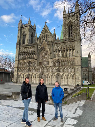 Philipp, Lasse und Thomas vor dem Nidarosdom in Trondheim