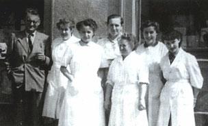 """Heinz W. Muche. Die Belegschaft des """"Naturwissenschaftlichen Fachgeschäftes W. Heinz Muche"""" um 1955. Links W. Heinz Muche und seine Frau Elisabeth."""