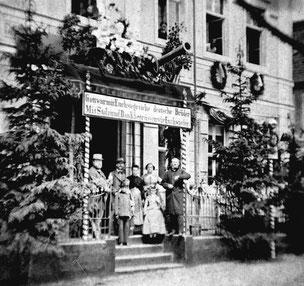 Das festlich geschmückte Haus am 12.11.1866, rechts C. A. Knobloch mit Ehefrau Emma Therese.  Dieses Foto ist wahrscheinlich eins der ältesten von Radeberg.