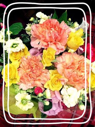 写真のアレンジは、オレンジ色や黄色のお花をメインに使い明るく元気なイメージで作りました。 今回使ったカーネーションの花言葉は、「純粋な愛情」「感動」ですのでプレゼントにはピッタリです! もちろん、カーネーション以外にも色んな種類のお花がそろってますので、御祝い用や御見舞用といった目的別にお客様のご希望のアレンジをお作りします。 その場でお作りすることも出来ますので、お気軽にお声かけください(^^)/