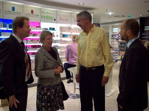 Im Gespräch mit Stadtrat Marc Schulte (li.) und Herrn Bong (Mitte) von der Bong-Apotheke
