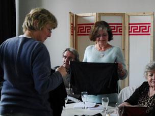 Bild Menschen beim Anprobieren von Kleidung