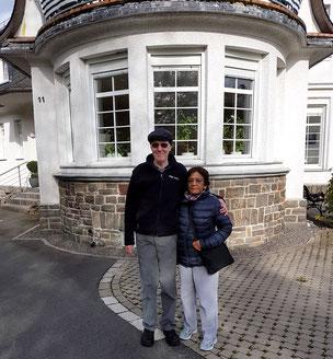 Zwei Personen vor einem Haus