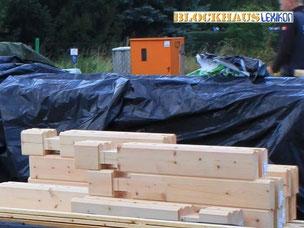 Blockhaus - Blockhausbau - Sortierte Blockbalken auf dem Fundament - Holzschutz - Eigenleistung - Bausatzhaus - Blockhaus Bausätze  - Wohnblockhäuser - Ratgeber - Erfahrungen  - Holzbau - Neubau - Handwerker bei der Arbeit in Brandenburg - Ausbauhaus