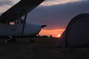 Sunset in Wershofen, Zelt unterm Flügel (Foto: Janós Wágner)
