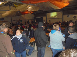 In good mood at the hangar party in the evening (Photo: Uwe Bodenheim)