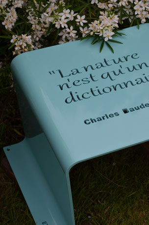 ©IDfer, tabouret Urbansteel Happiness, citation philosophique découpée au laser