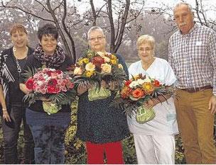 Anja Wedtgrube (links) und Eggert Eicke mit den Jubilarinnen Christina Peters, Elke Lähn und Brigitte Schröder.