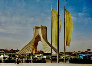 der Asadi-Tower scheint den Himmel zu berühren