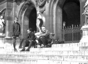 Erinnerungsphoto auf den Stufen der Pariser Opera
