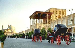 noble Kutschen flanieren vor dem Ali-Qapü-Palast