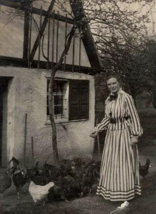 Martha Kästner und ihre Hühner 1916, Foto: Nachlass Fam. Steiger