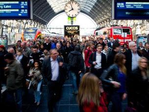 Fahrgäste am Hauptbahnhof in Frankfurt am Main: Die meisten Züge rollen nach dem Ende des Lokführerstreiks wieder. Foto: Christoph Schmidt