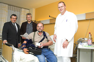 Ein Projekt von vielen: 2007 spendete der Förderkreis der Kreisklinik zwei Schmerzpumpen im Wert von 5400 Euro. Förderkreisvorsitzender Anton Nagel (l.) übergab die Geräte an Klinikvorstand Werner Rupp und den Chefarzt der Anästhesieabteilung.