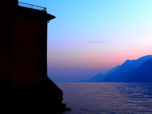nach dem Sonnenuntergang färbte sich der Gardasee tiefblau