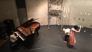 実験する人:雫境(聾の舞踏家)、ストリングラフィ(鈴木モモ)、ササマユウコ(ピアノ)