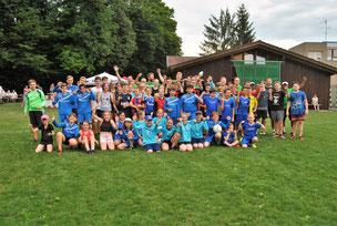 Rund 60 Mädchen und Jungen des TVHs und umliegenden Vereinen waren am Donnerstag mit Feuereifer bei der Sache, als sie von den aktuellen Welt- und Europameistern im Faustball (im Hintergrund) eine intensive Trainingseinheit geboten bekamen.