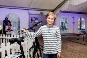 Jasper Wiedenhues freut sich über ein neues Fahrrad