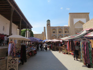 Die Gassen der historischen Altstadt von Xiva sind gesäumt mit Souvenierverkäufern