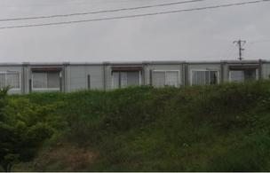 大手メーカーの仮設住宅は長屋造りで、壁はベニヤ板。