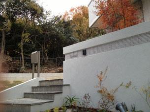 秋の門周り モミジの紅葉が美しい
