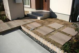 裏庭に続く道を大きい天然石で作りました。
