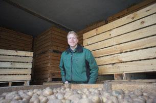 Karsten Indorf im Kartoffelkistenlager