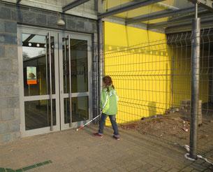 Training auf dem Schulgelände. Schutz mit dem Langstock vor Bauzäunen.