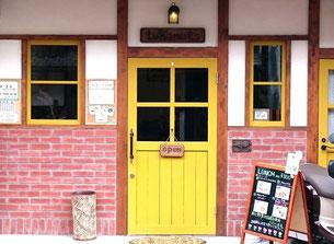 黄色いドアの写真