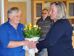 Ute Rehders überreicht der SoVD Ortsverbandsvorsitzenden von Rümpel, Bärbel Labann, als Dank für die tolle Organisation des Frauenfrüstücks einen Blumenstrauß