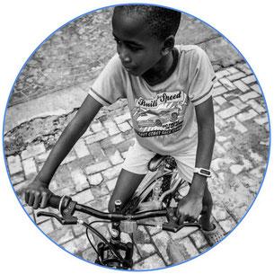Enfant noir à vélo