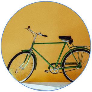 vélo vintage vert sur mur jaune