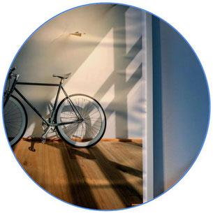 vélo noir dans une pièce d'appartement
