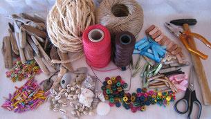 Werk- und Bastelmaterial, Schnur, Holz, Perlen, Steine, Muscheln.