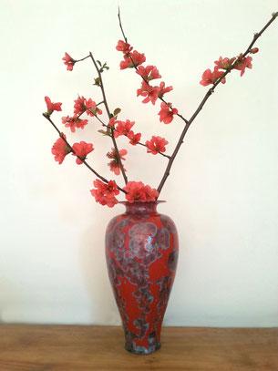 Vase avec fleurs de pommier du Japon rouge corail