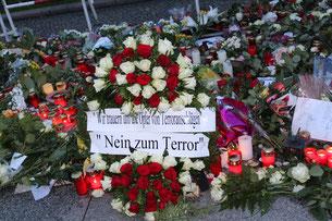 """Blumen und Lichter. """"Wir trauern um die Opfer von Terroranschlägen. Nein zum Terror"""". Foto: Helga Karl"""