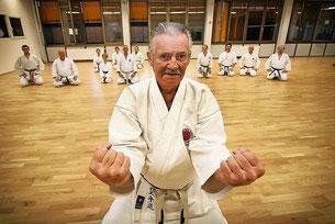 """Wolfgang Schubert reizen die Techniken beim Karate. Die Kunst liegt für ihn darin, einem Angriff seines Gegenübers zuvorzukommen. Der 80-Jährige sagt: """"Karate fordert mich körperlich und geistig. Das hält mich fit."""" FOTO: cka"""