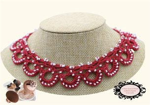 une jolie idée de cadeau féminin, élégant: le tour de cou Maya rose foncé, bijou au crochet avec perles, pare de beauté toutes vos tenues