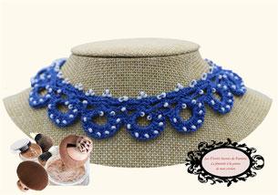 une jolie idée de cadeau féminin, élégant: le tour de cou Maya bleu, un bijou au crochet avec perles pare de beauté toutes vos tenues